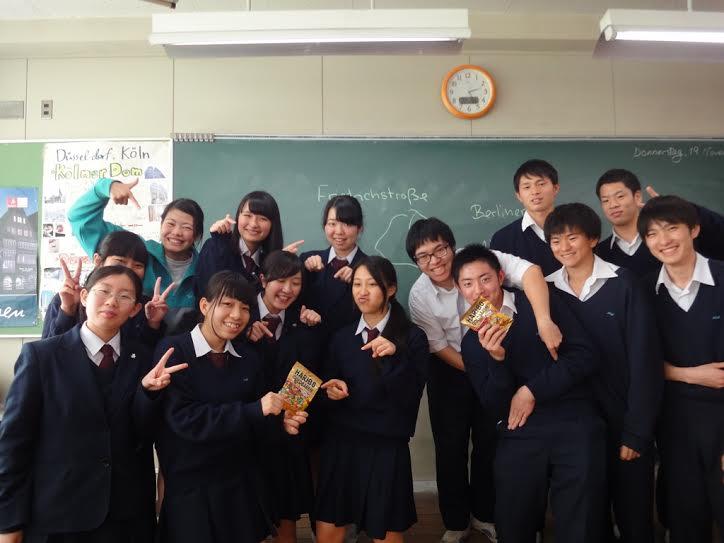 Bashopreisträger Hiroki Shida (vorn der 3. von rechts), mit seinen Klassenkameraden,
